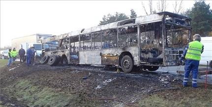 Kigyulladt és fémtisztára égett egy busz a sztrádán