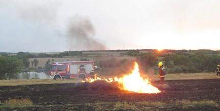 Kigyulladt bálázógépről terjedtek tova a lángok a tarlóra