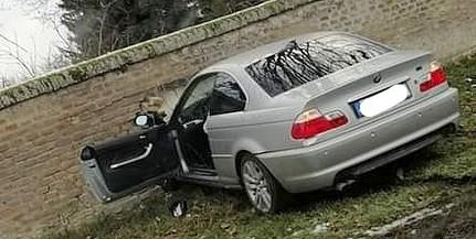 Átszakította a mohácsi temető kerítését egy balesetező autós