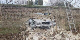 A rendőrök elől menekült a mohácsi temető kerítését átszakító autós
