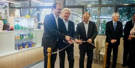 Átadták a PTE új gyógyszertárát a Honvéd utcában, a klinikai tömb bejáratánál