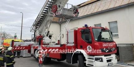Megsérült a tetőn, a tűzoltók hozták le a férfit