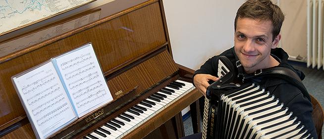 Kisiskolás kora óta zenél, s a jövő virtuózait is neveli a harmonikás Kéméndi Tamás