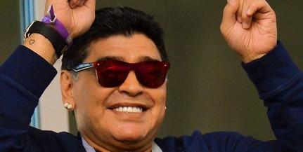 Maradona nem tudta, hogy tilos füstölni a lelátón