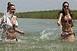 Több ezren ússzák át a Balatont, átlagosan három óra az út