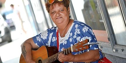 Játszott a Kikeletben és a Rigóderben is, most a belvárosban zenél Lakatos Mária