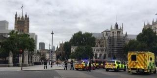 Biztonsági kordonokba hajtott egy autós a parlamentnél