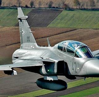 A honvédség egyik Gripen vadászgépe húzott át a pogányi reptér felett - Videó!