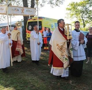 Több százan zarándokoltak Mohácsról Bátára, hogy a papi hivatásokért imádkozzanak