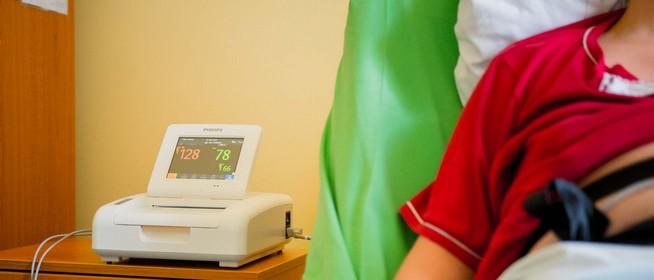 Újabb műszerrel gazdagodott a pécsi szülészeti klinika, Boros Misi is segített