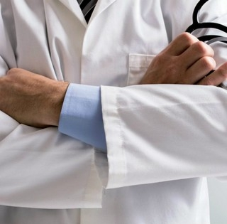 Egyezséget kötött, így megúszta a börtönt a 180 milliót sikkasztó jemeni orvos