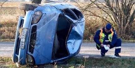 Meghalt egy ember, mert ráborult az autója