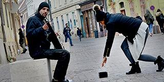 Skandináv zenével tölti meg a belvárost Szekeres Atilla, aki maga készíti a hangszereit