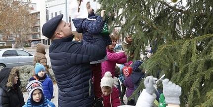 Már Uránvárosban, Kertvárosban és a keleti városrészben is áll a karácsonyfa
