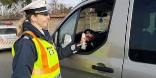 Mikulás-kampány: csokit kaptak a szabálykövető autósok
