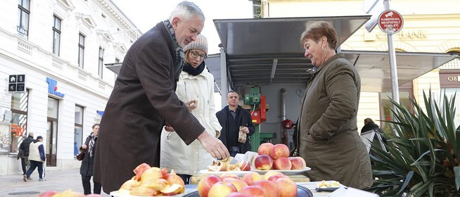Kedvezményes áron kínálják kiváló portékájukat az almatermelők a Kossuth téren