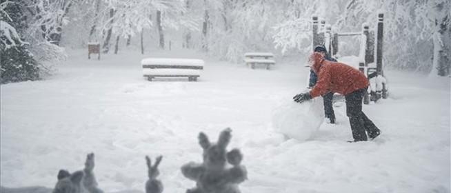 Elő a szánkókkal: húszcentis hó boríthatja Baranyát a hétvégén, hófúvás is lehet
