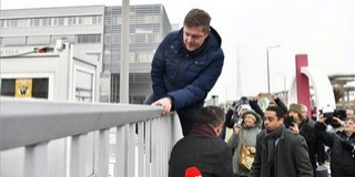 Tóth Bertelan is demonstrál, valamint kerítést mászik
