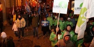 Pécsett is tüntetett az ellenzék, egy koporsó is előkerült a félezres pénteki megmozduláson