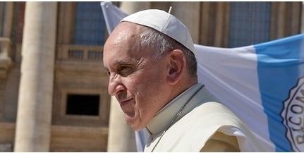 A csíksomlyói hegynyeregben misézik Ferenc pápa