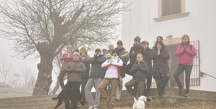 Fatartás jógapózzal is buzdítottak a szavazásra - A pécsi havihegyi mandula vezeti az európai voksolást
