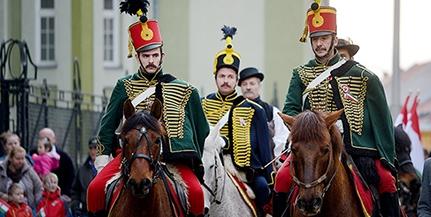 Erőt, tisztességet! A haza és a ló szeretete köti össze a Pécsi Huszár Egyesület tagjait