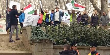 Tizenkilencen tüntettek Pécsett Áder János köztársasági elnök tevékenysége ellen
