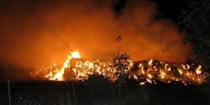 Több ezer szalmabálát gyújtott fel, négy évet kapott
