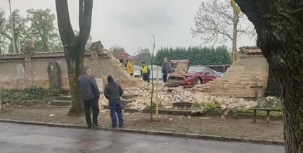 Áttörte egy luxusautó a pécsi temető kerítését a Siklósi útról érkezve