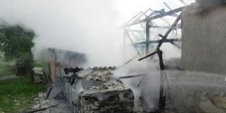 Megsemmisült egy autó a baranyai garázstűzben