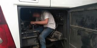 Busz motorterében elbújt migránst fogtak Beremendnél