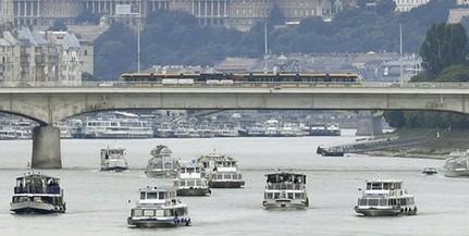 Hajós tiszteletadással vettek búcsút a tragédia helyszínén a Hableány legénységétől