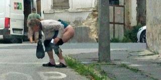 Biztos, hogy ez így rendjén van?! Rendre a pécsi utcákon végzi el a dolgát egy asszony