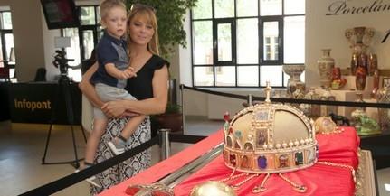 Megérkeztek Pécsre a koronázási jelvények másolatai, már látogatható a kiállítás