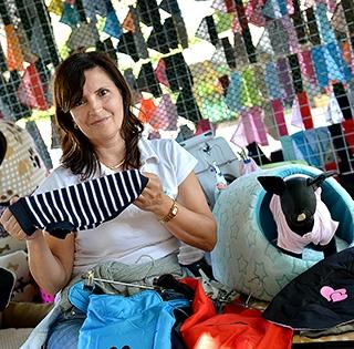 Baranyi Erika nemcsak ruhákat, mentőmellényeket is készít a kutyáknak