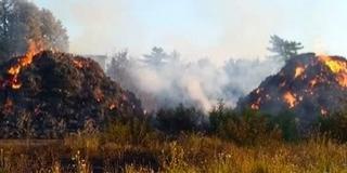 Még napokig füstölni fognak a Kővágószőlősön leégett bálák