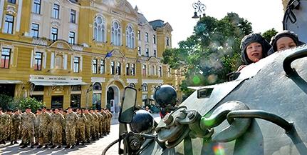 Katonai járművek lepték el a Széchenyi teret, repülőgép-szimulátor is várja az érdeklődőket