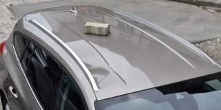 Követ dobott egy nő egy kocsira Pécsett, egy másikat megrugdosott