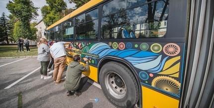 Egyetemisták festettek át egy buszt - nagyon menő