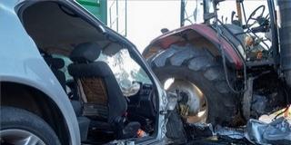 Traktorral ütközött egy autó, ketten meghaltak