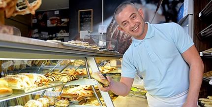 Több mint tíz esztendeje süti a pécsiek kenyerét Beni, az albán pék