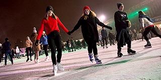Több százan siklottak a jégen, az egyetemistákhoz a Mikulás is csatlakozott - Videó!