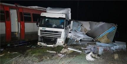 Személyvonat és nyerges vontató ütközött egy átjáróban
