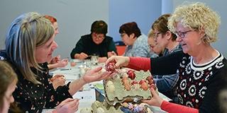 A Zsolnay Negyedben gyűlnek össze a tojásíró asszonyok, őrzik a többszáz éves hagyományt