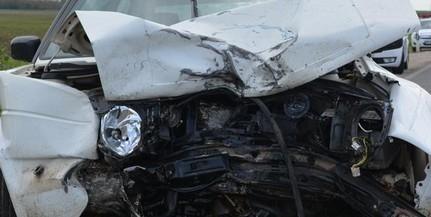 Két gépkocsi és egy traktor ütközött a 67-es úton