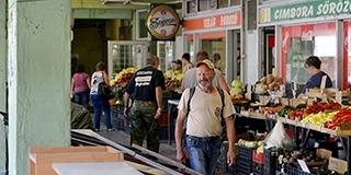 Nem zárják be, de korlátozzák a vásárcsarnok látogathatóságát szerdától