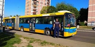 Balhé volt csütörtökön a 2-es buszon, betörték a jármű egyik ajtajának üvegét