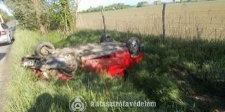 Lesodródott az útról és felborult egy autó Sellyén