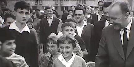 Ötvennégy éve történt Baranyában: Kádár elvtársat Varga vájár elvtárs meghívta a lakásába - Videó!