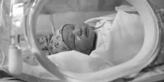 Egészséges újszülöttet hagytak a babamentő-inkubátorban
